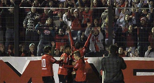 Nena comemora o gol com a torcida. Foto: Italo Santos