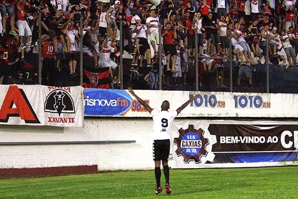 Nena comemora o gol da vitória com a massa Xavante. Foto: Carlos Insaurriaga
