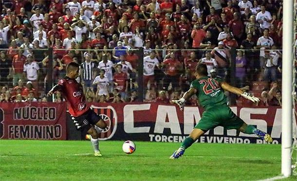 Felipe Garcia abriu o placar colocando por baixo do goleiro. Foto: Italo Santos