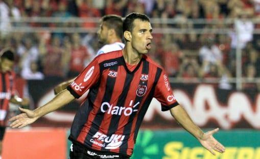 Diogo Oliveira marcou duas vezes em noite de grande atuação. Foto: Jô Folha.