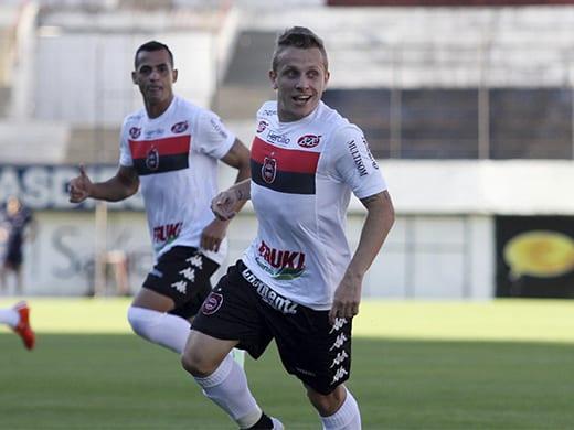 Alex Amado marcou duas vezes. Foto: Carlos Insaurriaga