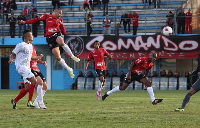 Leandro Camilo quase marcou de cabeça. Foto: Carlos Insaurriaga
